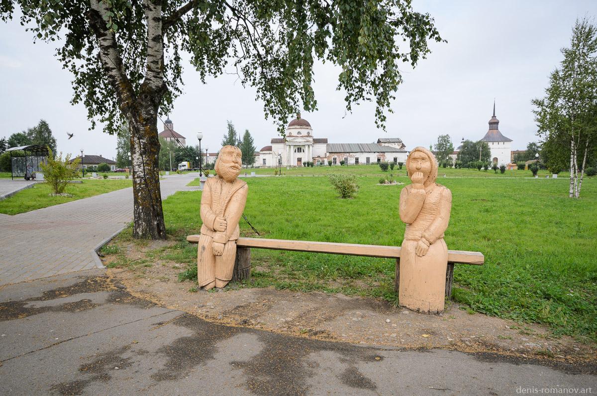 Лавочка с деревянными скульптурами